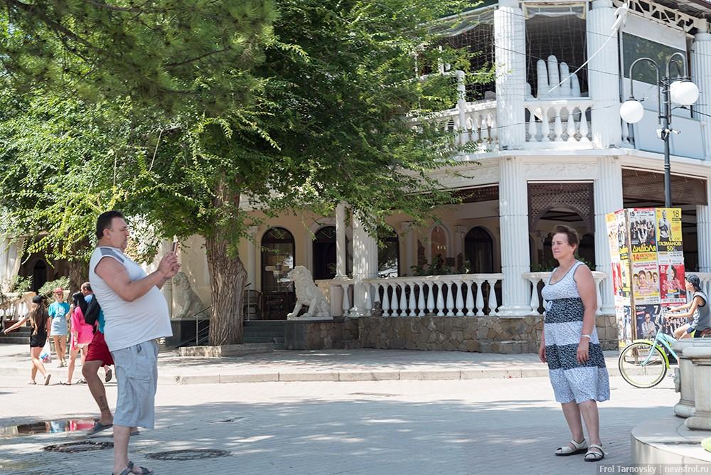 Все позируют возле фонтанов на центральном пляже в Евпатории