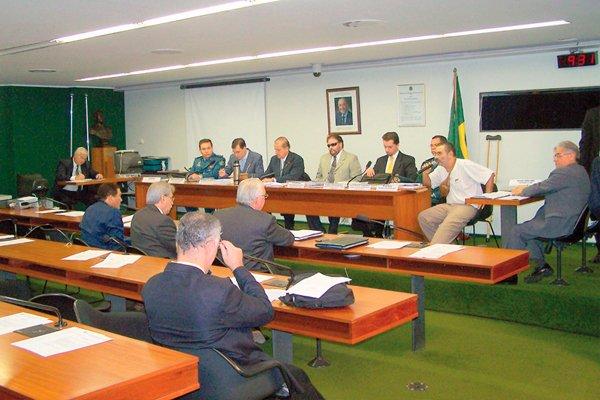 Апрель 2008 года. Слушание в Палате депутатов Рондонии по поводу репрессий. Марсело Резенде - в жёлтом галстуке.