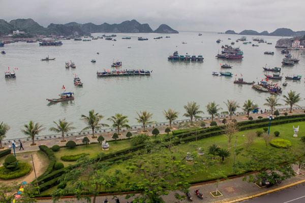 Остров Cat Ba. Вид на набережную.
