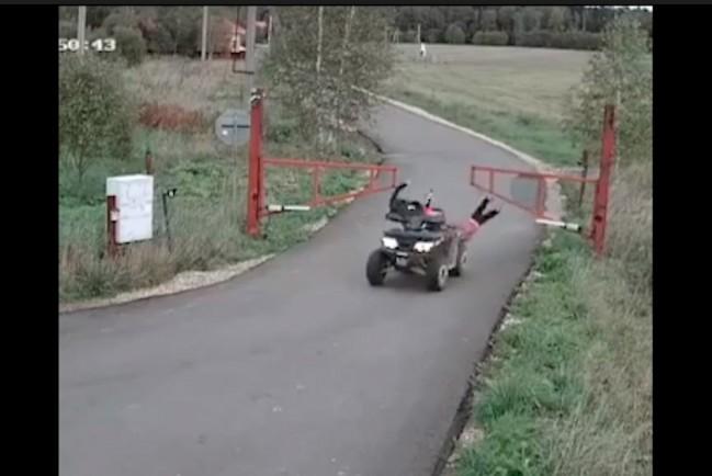 Женщина на квадроцикле влетела в забор вместе с детьми