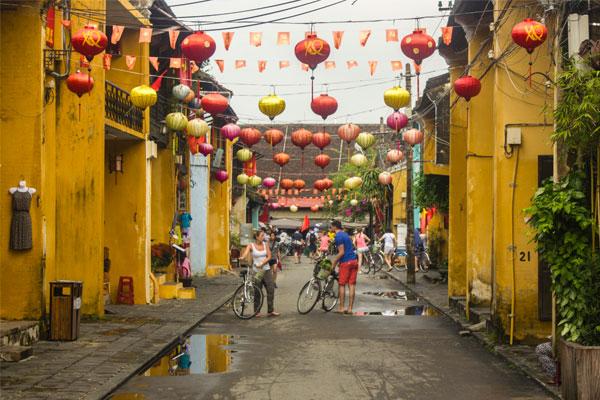 Туристы на велосипедах в Хойане. Вьетнам.
