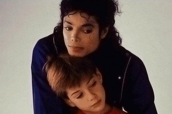 Король поп-музыки Майкл Джексон с мальчиком