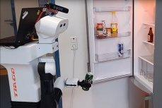 Робот берёт пиво из холодильника