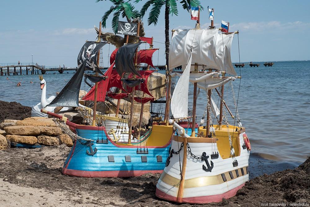 Пиратские корабли на берегу Евпатории