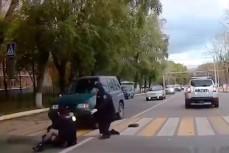 Водитель сбил полицейских