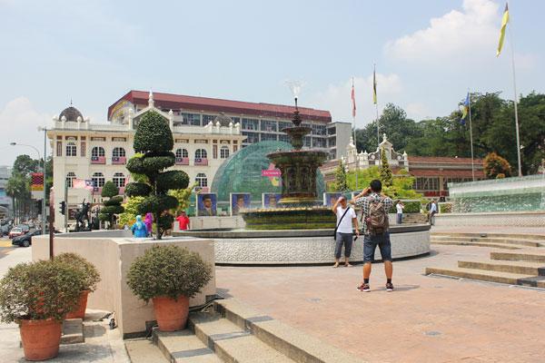 Музей музыки (слева) и фонтан перед ним. Куала-Лумпур. Малайзия.