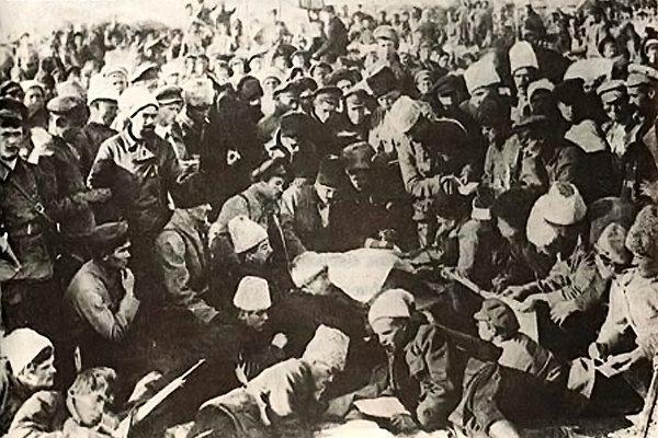 Махно в окружении своих бойцов. Сам Батько в центре с географической картой в руках, слева от него Щусь (в фуражке), справа от Махно Куриленко (с костылем), сзади в черной папахе Каретников, лежа смотрит в карту Петренко (в фуражке). Старобельск. Октябрь 1920 год