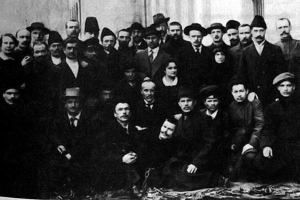 Группа узников Бутырской тюрьмы, освобожденных после Февральской революции 2 марта 1917 году В первом ряду слева Нестор Махно