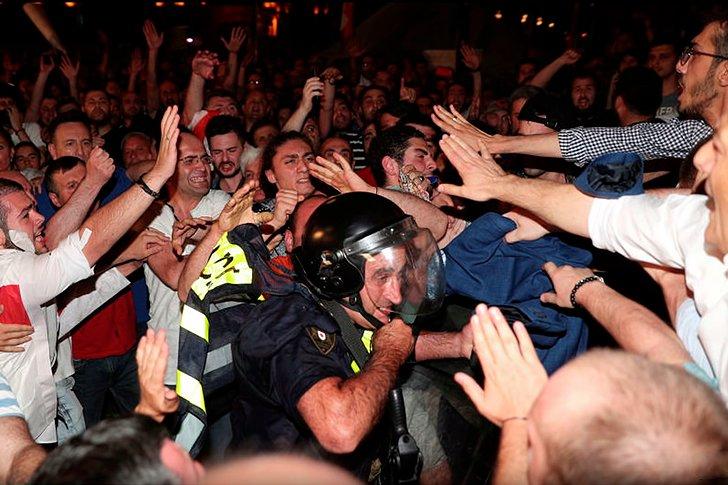 Столкновения возле грузинского парламента