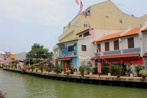 Разрисованные дома на набережной. Малакка, Малайзия.