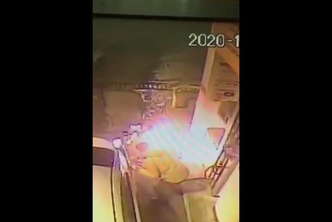В Южно-Сахалинске мужчина поджег свой автомобиль с заправкой