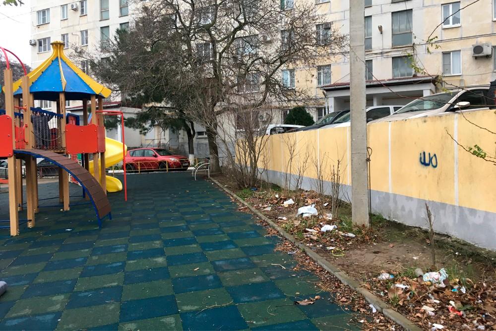 Мусор на улице Полевая в Геленджике