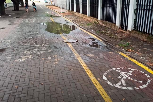 Люк ливневой канализации с выброшенными фекальными отходами
