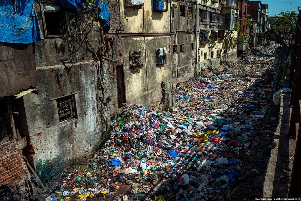 Мусор в Мумбаи принято выбрасывать прямо из дома