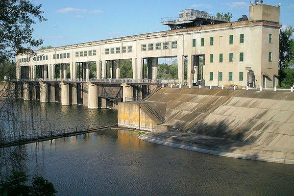 На переднем плане канал Северский Донец — Донбасс, на заднем Северский Донец и плотина со шлюзами