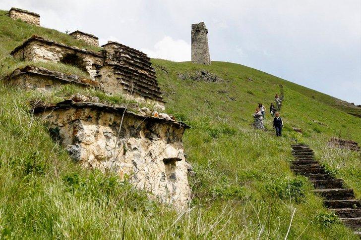 Склепы на склоне горы в «Городе мёртвых»