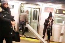 Мужчина заталкивает длинный двутавр в вагон метро в Нью-Йорке