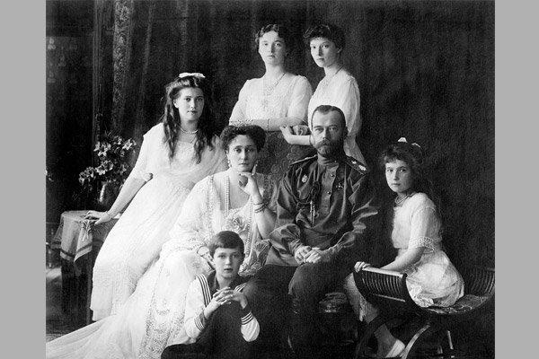 Николай Второй с семьёй - последний царь из династии Романовых
