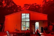 Лесные пожары в Австралии окрасили небо в жуткий красный цвет