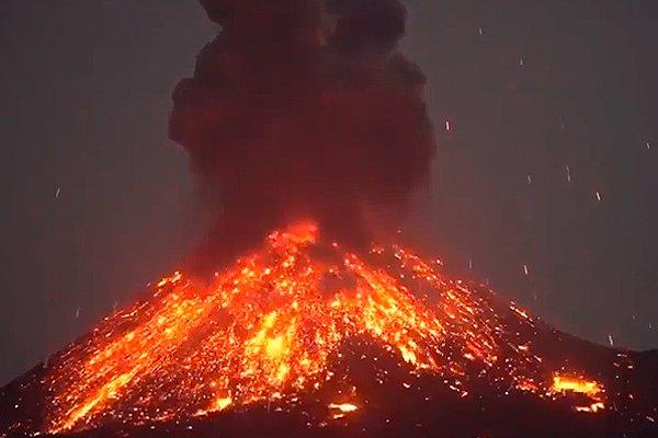 Потоки лавы во время извержения вулкана Анак-Кракатау в Индонезии