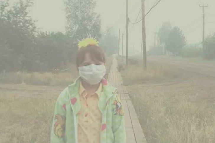 Девочка в дыму от лесных пожаров