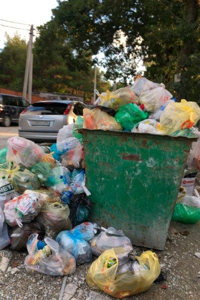 Мусорная свалка в Геленджике, которую не убирали неделю