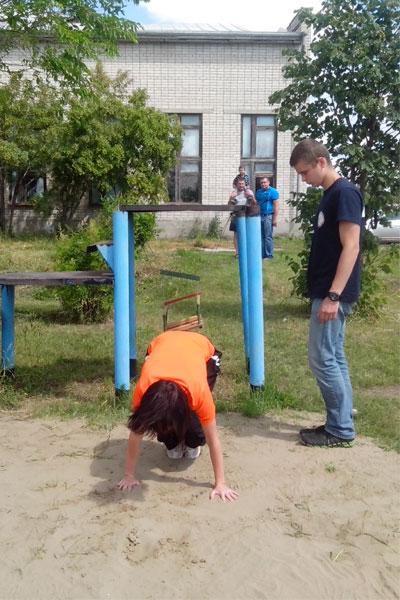 Аэродром ДОСААФ, тренировка парашютистов с инструктором.
