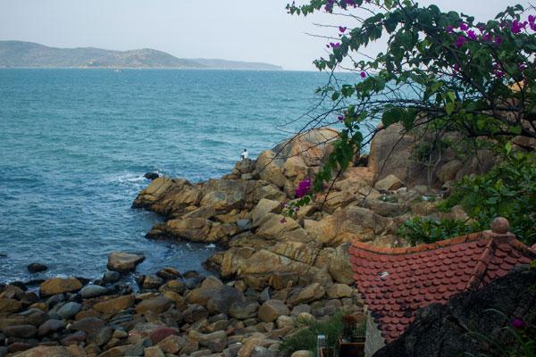 Каменистный берег вблизи Куинёна.