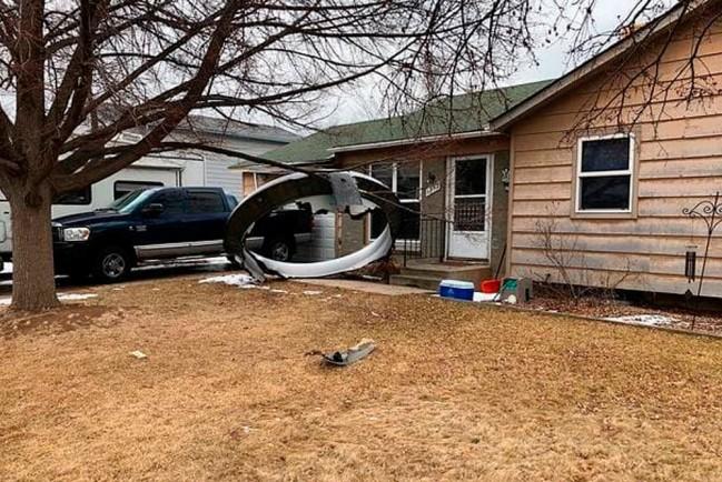 Часть обшивки двигателя авиалайнера упала рядом с жилыми домами в городе Брумфилд (США)