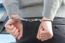 Человек в наручниках.
