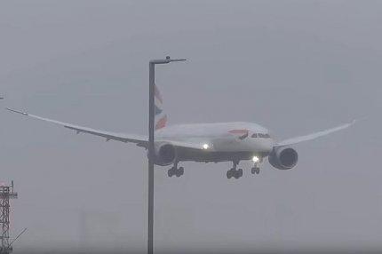 Самолёт авиакомпании British Airways заходит на посадку при сильном ветре