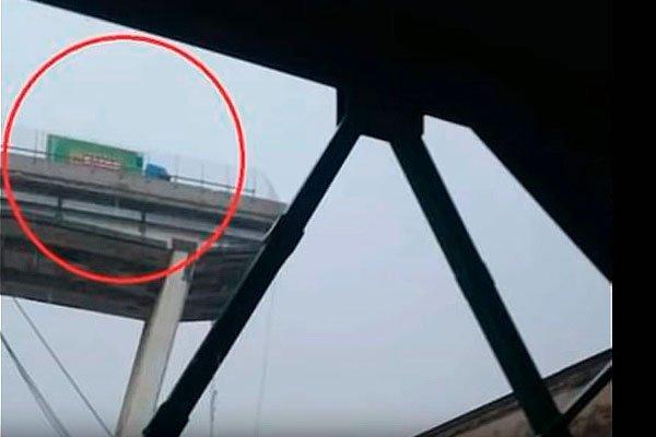 Невероятное везение, секция моста обрушилась прямо возле грузового автомобиля