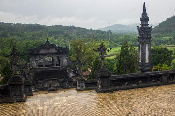 Вид на джунгли с гробницы императора Кхай Диня (Lăng Khải Định). Вьетнам.