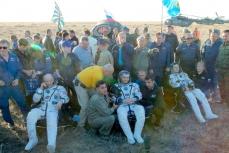"""Члены экипажа """"Союз ТМА-20М"""" после приземления."""