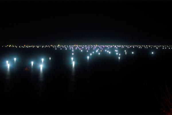 Огни в заливе Куинёна. Так рыбаки ловят кальмаров.