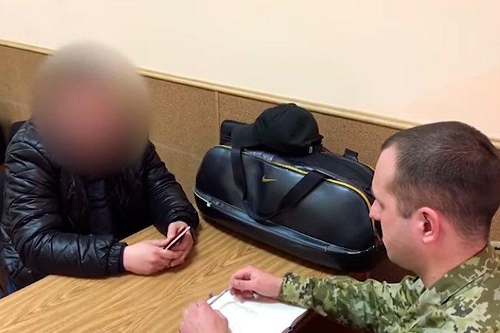 Допрос российского полицейского украинским пограничником