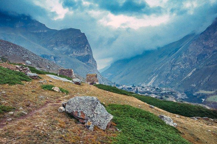 Вид на село Эльтюбю в Чегемском ущелье в Кабардино-Балкарии