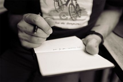 Человек пишет текст.