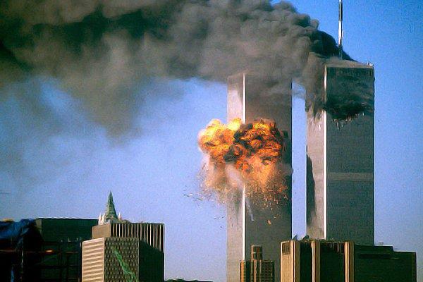 Атака на башни близнецы Всемирного торгового цента в Нью-Йорке 11 сентября 2001 года