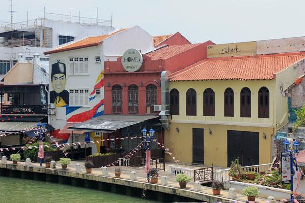 Отели в Малакке, стоящие вдоль реки. Малайзия.
