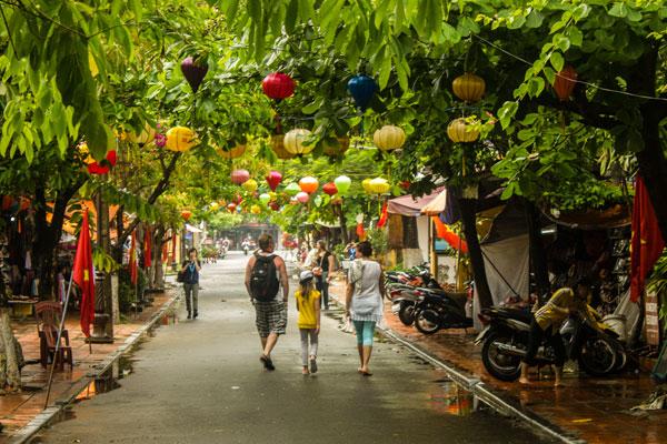 Туристы гуляющие по Хойану. Вьетнам.