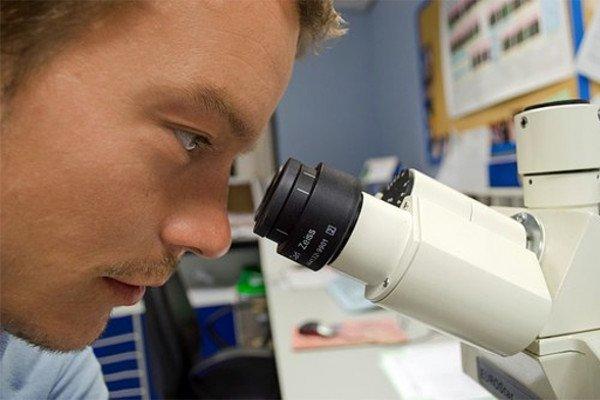 Учёный с микроскопом