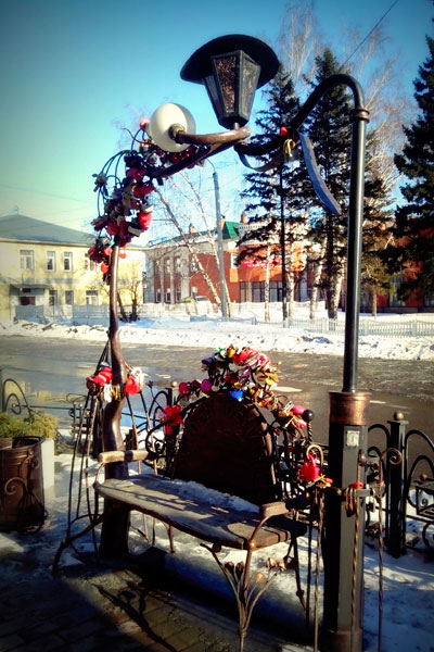 Кованная скамейка на улице Барнаула.