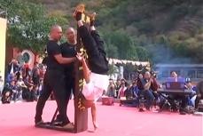 Шаолиньский монах продемонстрировал своё умение - это стояние на одном указательном пальце.