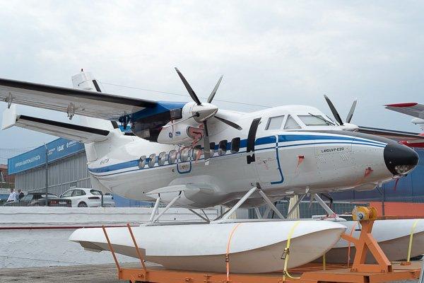 СамолётL-410UVP-E20 на поплавковых шасси. Вид сбоку