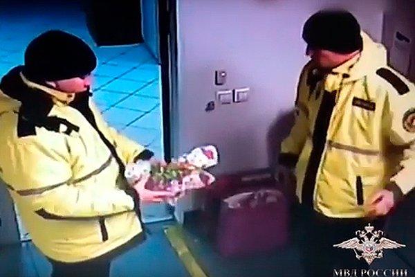 Момент кражи охранниками игрушек для больных детей