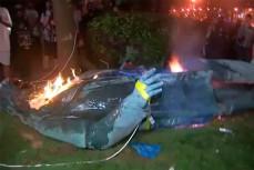 В Вашингтоне демонстранты снесли и подожгли статую генерала армии Конфедерации Альберта Пайка