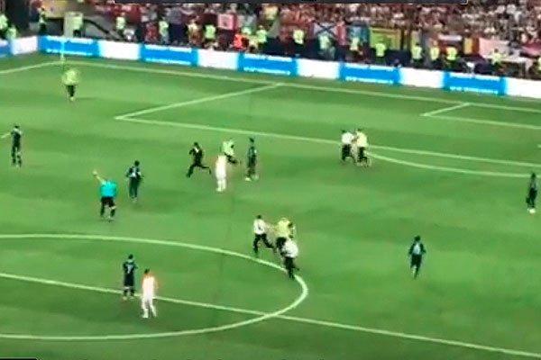 Pussy Riot выбежали на поле во время финальной игры ЧМ-2018