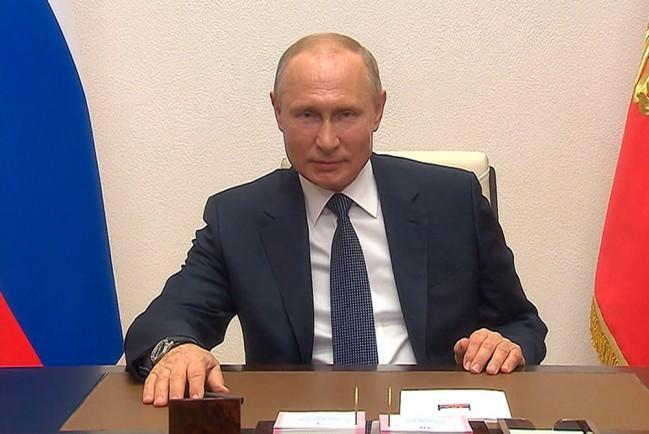 Путин поздравил украинцев с Днем Победы