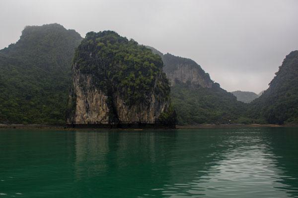 Виды бухты Халонг. Карстовые скалы. Красивый изгиб.